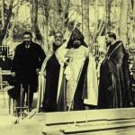 Pose de la première pierre le 12 février 1928, par Monseigneur Krikoris Balakian. À gauche, on reconnait le Chevalier Vahan Khorassandjian.